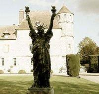 Vascoeuil, Franta: Statuia Libertatii in varianta Dali