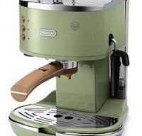 O bucatarie mai frumoasa cu un aparat de cafea vintage