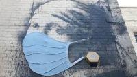 O lucrare de Banksy a primit propria masca de protectie