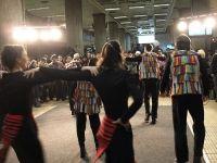 Actorii Teatrului Masca ii invita pe bucuresteni sa danseze Hora Unirii la metrou